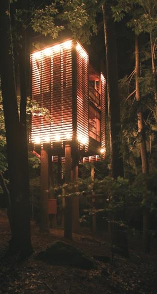 4TreeHouse: casa con forma de linterna oriental suspendida en 4 árboles