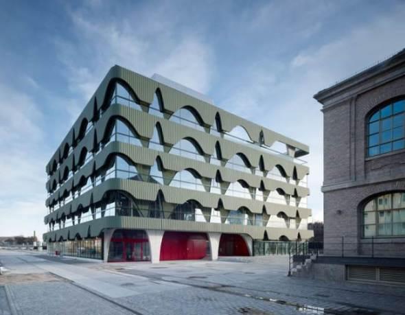 Un edificio que utiliza el río