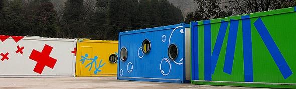 Coloridos centros comunitarios hechos con contenedores