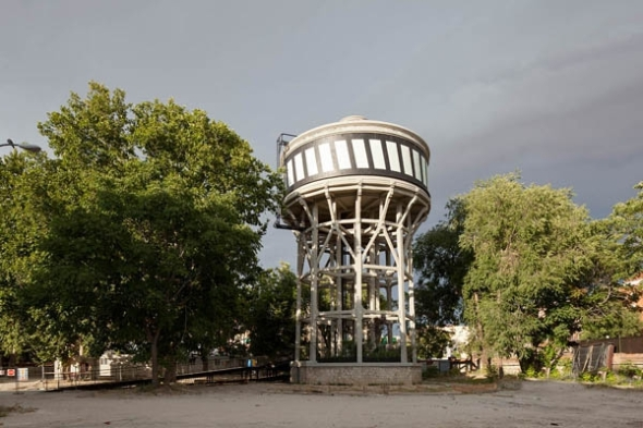 Reciclaje: De depósito de agua para un matadero a un depósito de especies vegetales / Langarita-Navarro Arquitectos