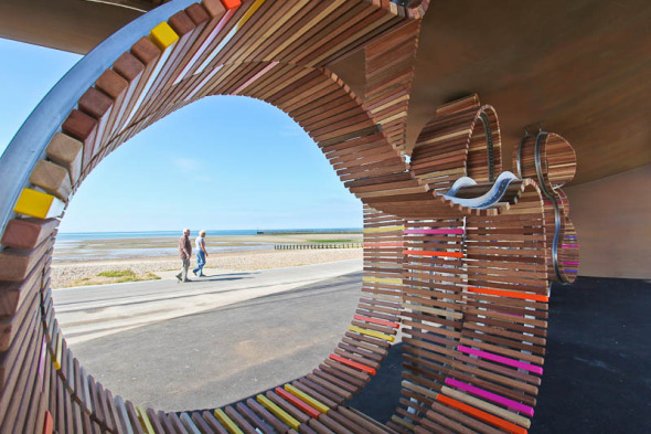 Un dibujo transitable: The Longest Bench, pabellones en Littlehampton