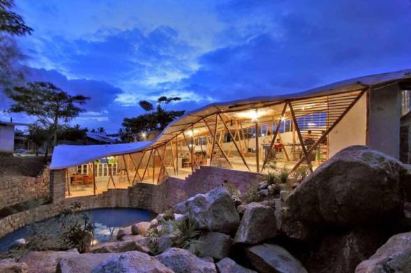 Sinfonía de bambú. Hermoso edificio que invita a construir con materiales tradicionales / Manasaram Architects