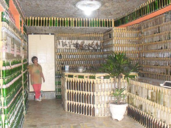 Casa de reciclados hecha de botellas y basura