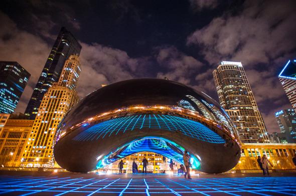Luminous Field, un tapete de luz y color que resalta la belleza de una famosa escultura urbana. Luftwerk