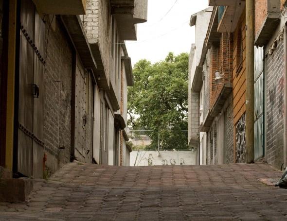 Lenguaje parco y materiales económicos. La Casa del callejón. DMP Arquitectos