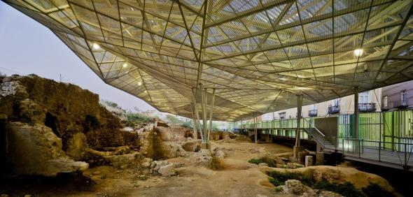 Juego de contrastes. Cubierta para el parque arqueológico del Molinete en Cartagena / Amann Cánovas Maruri