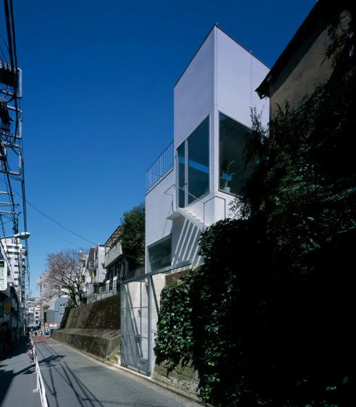 Una solución vertical para aprovechar al máximo el espacio. Miurashin Architect and Associates