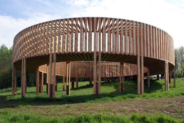 Pasarela de madera para exhibir obras de arte for Arquitectura de madera