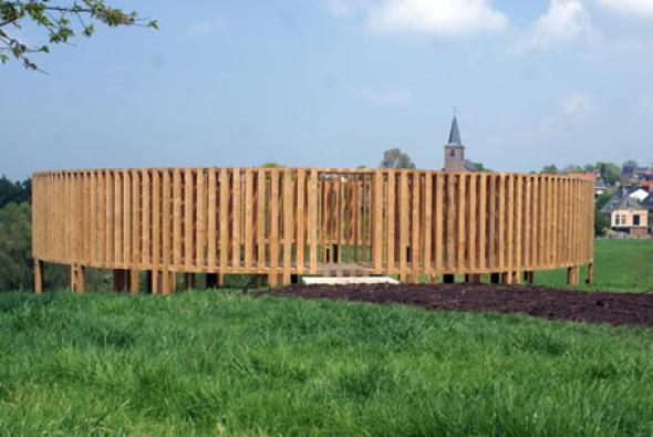Pasarela de madera para exhibir obras de arte contemporáneo