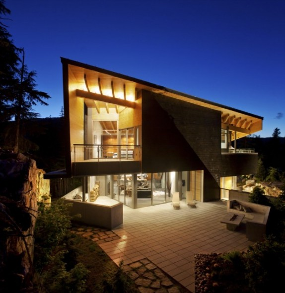 Inspirada en los Chalets tradicionales: Residencia Whistler. BattersbyHowat Architects