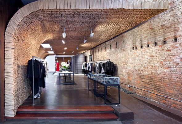 Owen Store, una tienda de ropa cuyo interior fue diseñado con 25,000 bolsas de papel