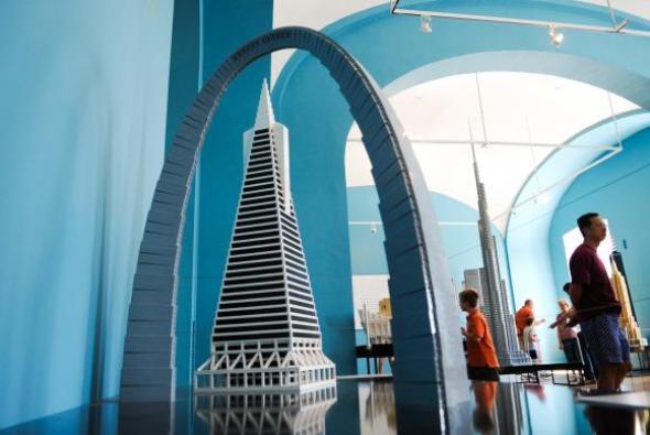 Tres piezas más se suman a la exposición: LEGO Architecture-Towering Ambition