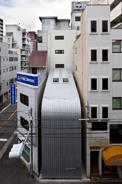 Casa ciega entre edificios