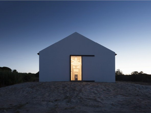 Una original forma de aprovechar las viejas estructuras: Caballerizas transformadas en una elegante casa de descanso.