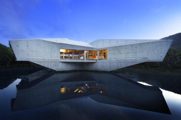 Casa contemporánea en medio de la selva cuyas formas no se imponen, se adaptan a la naturaleza