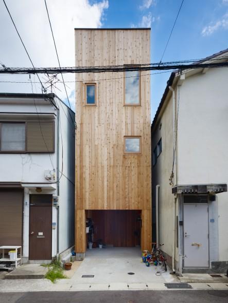 Casa estrecha de madera