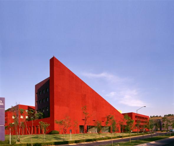 La arquitectura de Legorreta, una fiesta de colores