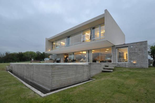 Casa Ruesh, diseñada para no interferir con el paisaje
