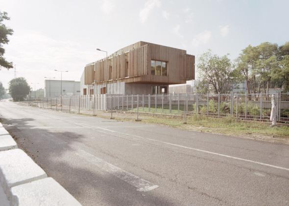 La construcción y renovación de cuatro edificios industriales y un parque acuático.