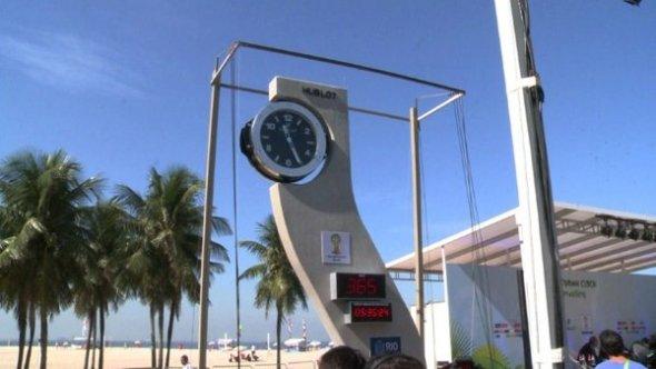 Pelé inaugura última obra de Oscar Niemeyer; reloj para Brasil 2014