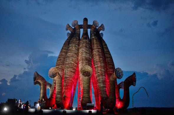 Beaubourg: Una extraordinaria escultura realizadada con ramas de abedul