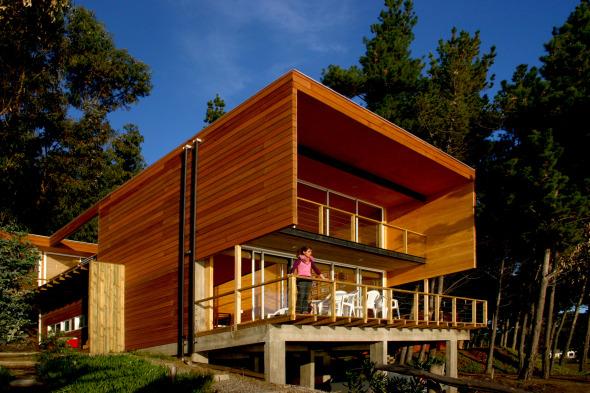 Casa de madera en la costa