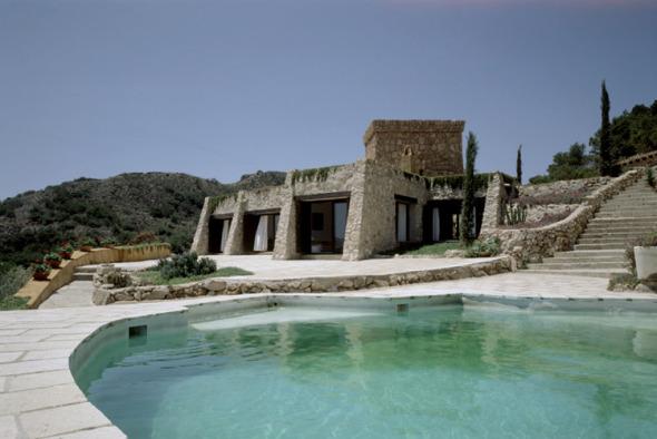 Una casa de piedra con vista al mar