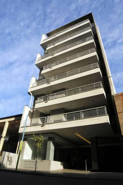 Edificio residencial con toques de vivienda unifamiliar