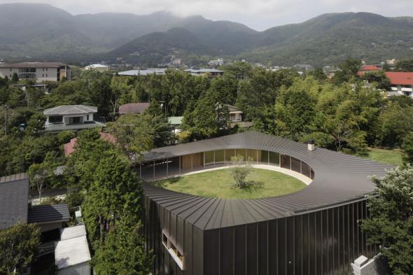 Shigeru Ban sustrae el patio circular de la villa Sengokubara