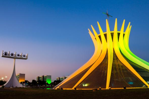 Biografía de Oscar Niemeyer, planos e imágenes de obras y proyectos, entrevistas, videos, curiosidades y más.