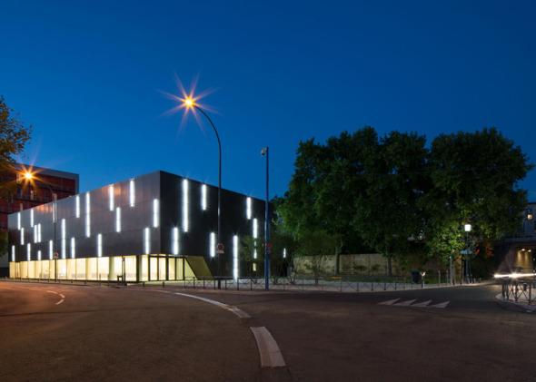 Radiante Centro de Deportes en París con Iluminación Natural