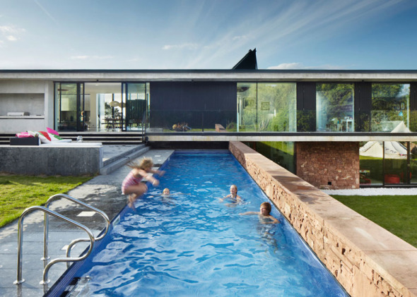 Casa sobre piscina