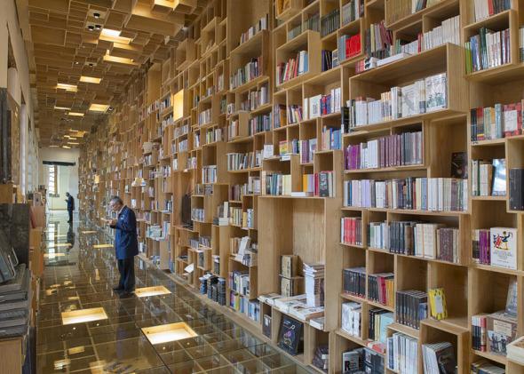 Reforma de biblioteca con cajas de madera