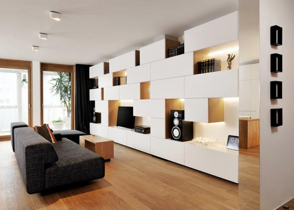 Studio 360 agrega muros de estantería modular y almacenaje a un departamento de Eslovenia