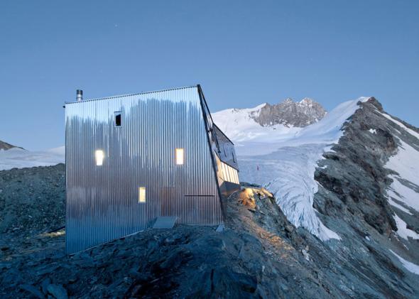Cabaña cromada en los Alpes Suizos