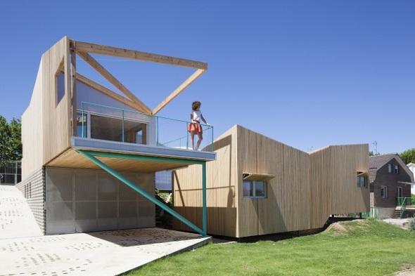 Siete módulos idénticos forman una casa de madera