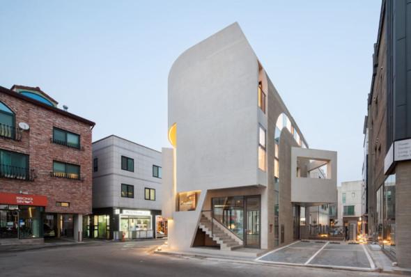 Muros curvos que vinculan al edificio con el contexto