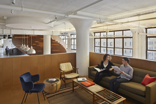 Oficina con menos espacios individuales más espacios colectivos