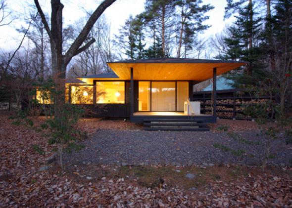 Pequeña casa japonesa de madera