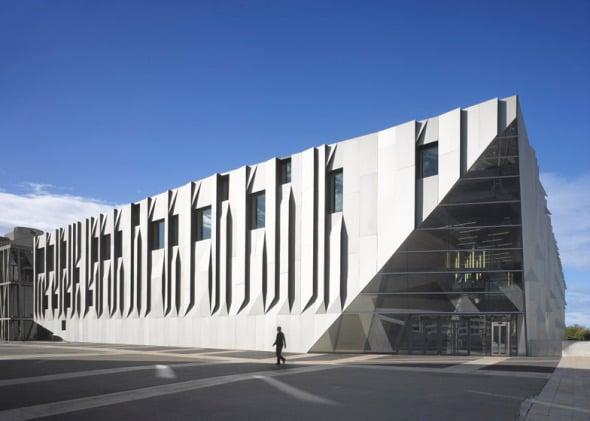 El Conservatorio de Música Aix en Provence de Kengo Kuma cuenta con muros de aluminio