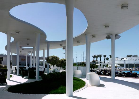 Pasarela serpenteante inspirada en Oscar Niemeyer