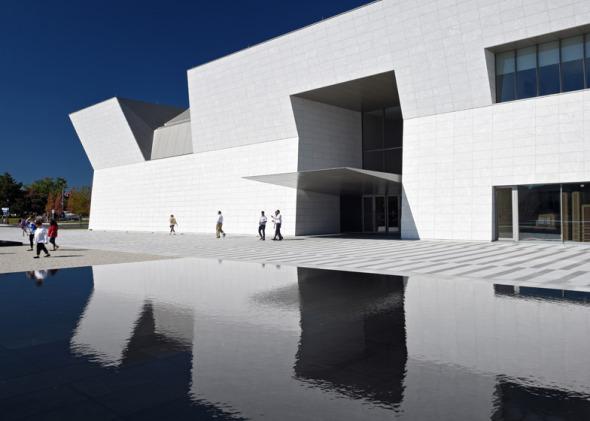 Fumihiko Maki completa museo de Granito Blanco