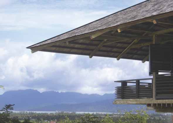 Casa hecha de postes reciclados