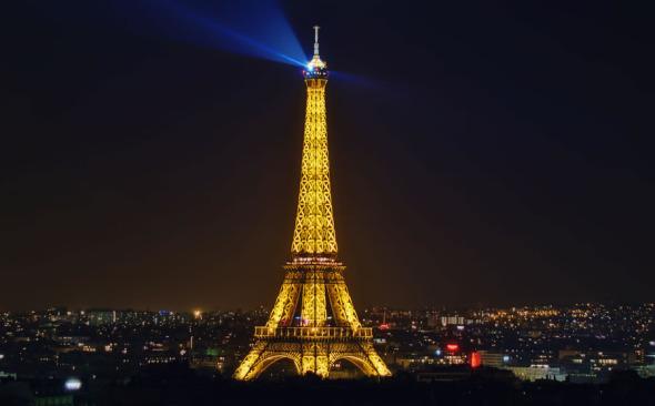 Suelo de cristal a 53 metros de altura en la torre Eiffel