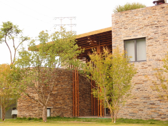 Restaurante de roca y bambú
