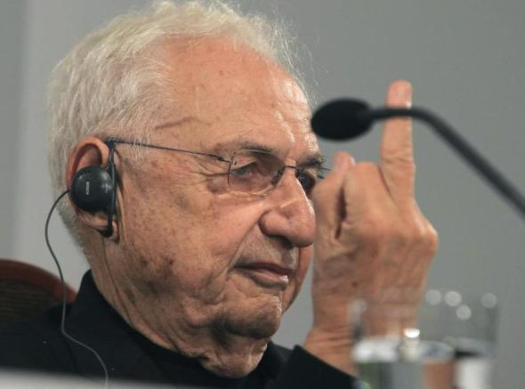 Frank Gehry se enfada y enseña el dedo a un periodista que le pregunta por la arquitectura espectáculo