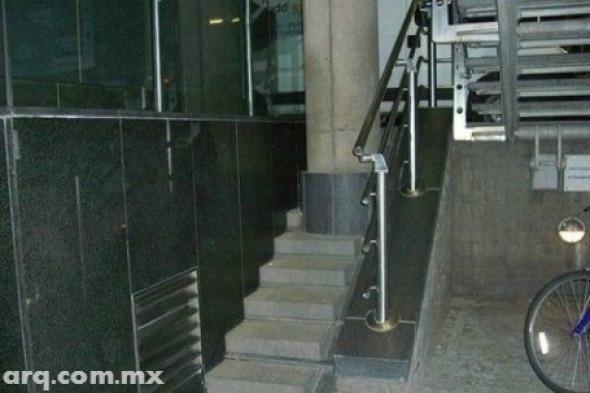 Humor en la Arquitectura. Columna o escalera