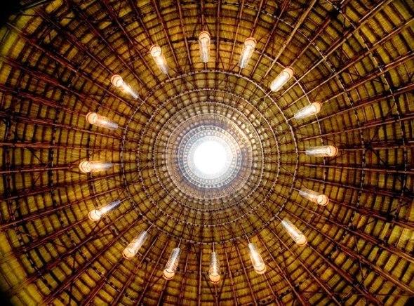 Arquitectura contemporánea mezclada con materiales naturales