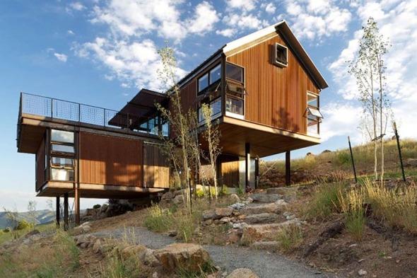 Casa alimentada por energía solar que se levanta de los restos de un bosque