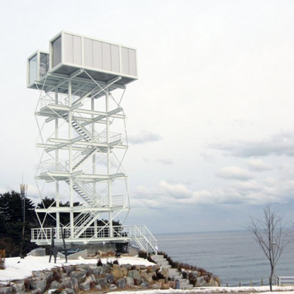 Contenedores de transporte proporcionan una plataforma de observación con vistas al mar